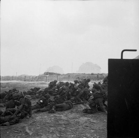 605px-Infantry_waiting_to_move_off_'Queen_White'_Beach